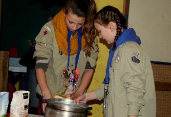 Scouts bakken taart