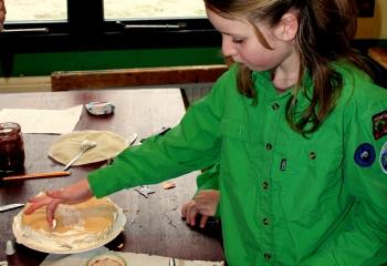 Welp bakt taart Scouting St. George Assen